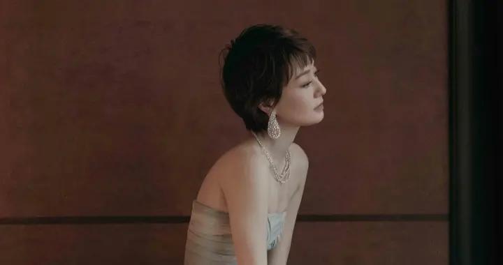 马伊琍的气质没得挑,身穿蓝灰色抹胸裙优雅大气,44岁美得出众