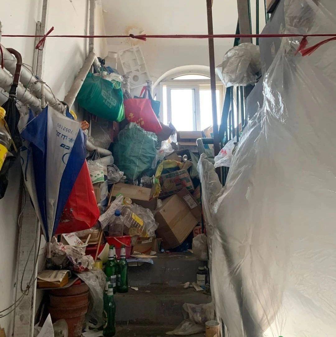 楼道杂物堆积如山,上下楼都成了难事!