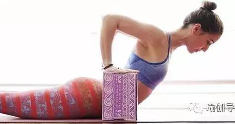 这样用瑜伽砖打开背部,特别有效!(收藏级)