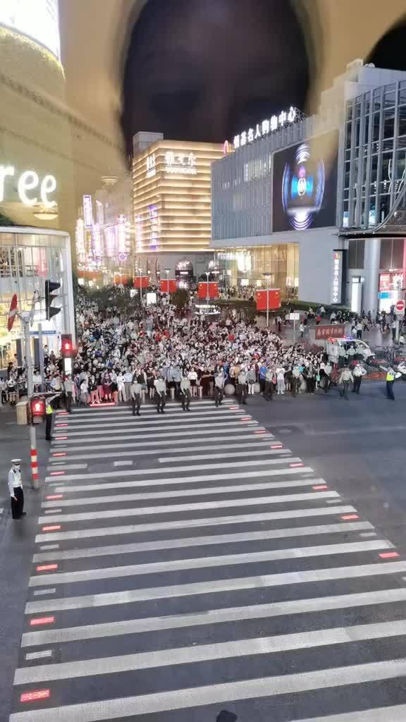 今晚的南京路……国庆气氛出来了人类意外行为鉴赏