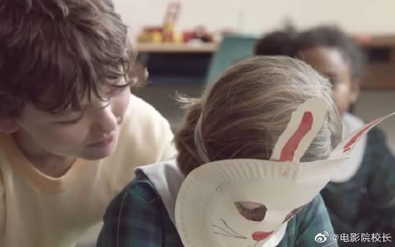 班里来了个新同学,但她总是戴着个面具……