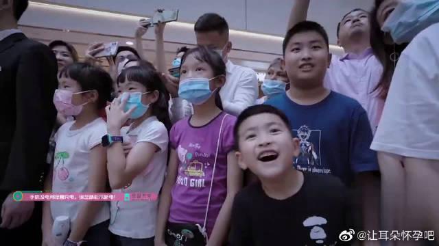 赵粤、徐艺洋组路演开唱《夏天的风》……