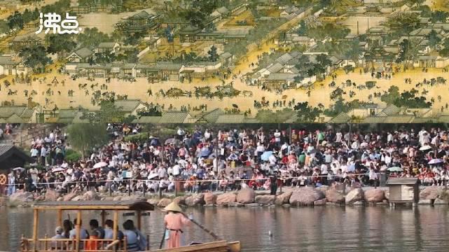 国庆首日游客挤爆清明上河园 表演期间桥面实行限行