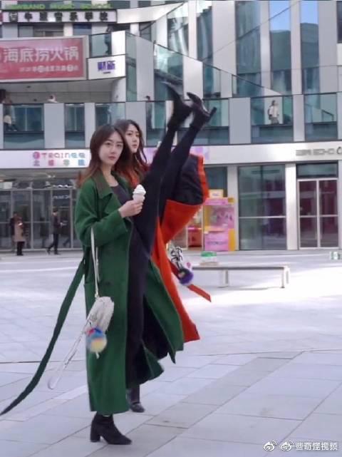 两女子地铁站内劈叉被行政警告……