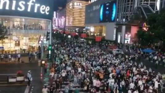 国庆中秋前夜,上海南京路步行街迎来长假客流高峰……