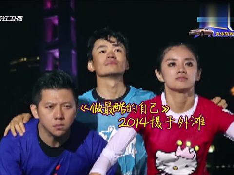 面无表情拍照,邓超看到伊一忍不住笑喷,严肃的熊猫眼简直太逗!