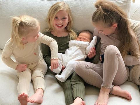 超生游击队!海沃德妻子晒娃:5年4个孩子,18岁在一起25岁已生4胎