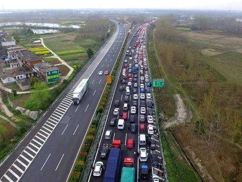 双节同庆堪比春节,坐火车的早到目的地了,开汽车的还在公路上!