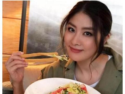 参观陈慧琳在香港的家,餐桌款式很有特色,造型还像个三角钢琴