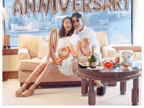 闪到爆!陆浩明带网红女友庆祝拍拖8周年,穿情侣装甜蜜十足