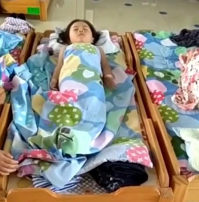 女儿在幼儿园午睡,老师发来消息,妈妈看完瞬间泣不成声