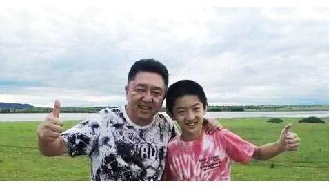 德云社的于云霆辈分太高,岳云鹏也得叫五哥,其实他才十三岁