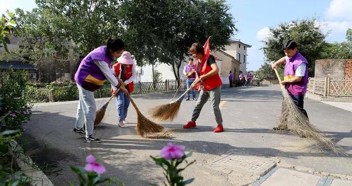志愿者打扫卫生,扮靓家园迎节庆