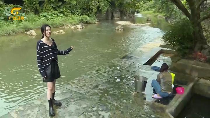 女主播早晨河边洗衣服