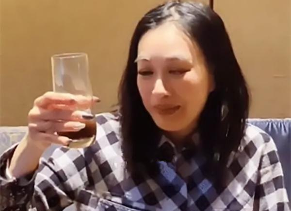 """50岁钟丽缇疑似再次备孕,张伦硕半夜监督喝药,真是""""苦不堪言"""""""
