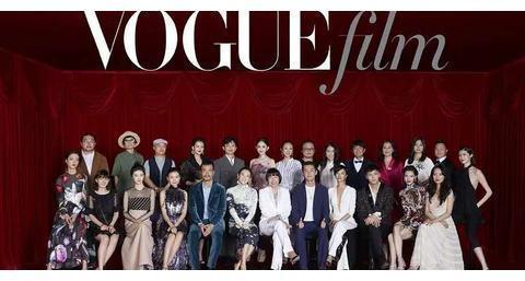 颁奖礼合影全员变形,王俊凯被迫瘦脸孟美岐如蜡像,有被笑到