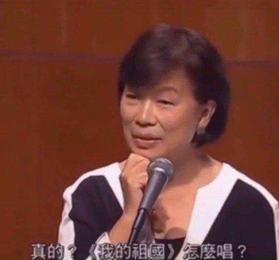 龙应台在香港大学演讲时,不知《我的祖国》怎么唱……