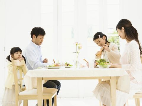 从饭桌看教养,培养孩子的餐桌礼仪,父母要从这4个方面下手