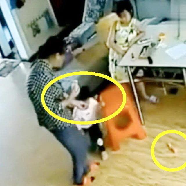 监控实拍奶奶带娃,不听话就这样对待,妈妈看了,心疼得直流泪