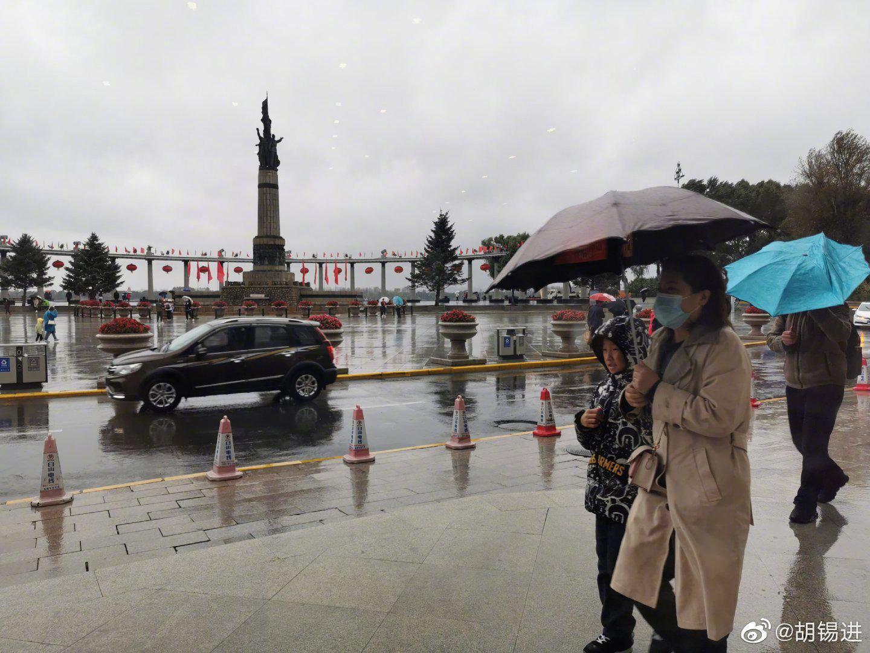 来哈尔滨赶上阴雨天,街上人穿皮夹克、羽绒服的都有