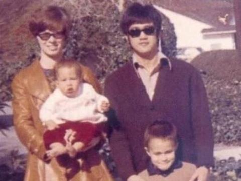 """51岁李香凝:""""一代传奇""""李小龙的小女儿,年过半百仍为父亲奔走"""
