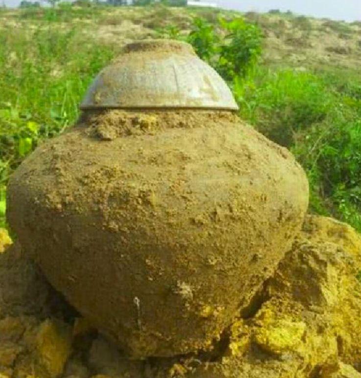 男子耕地时挖出个怪坛子,本以为是宝贝,打开后看懵了