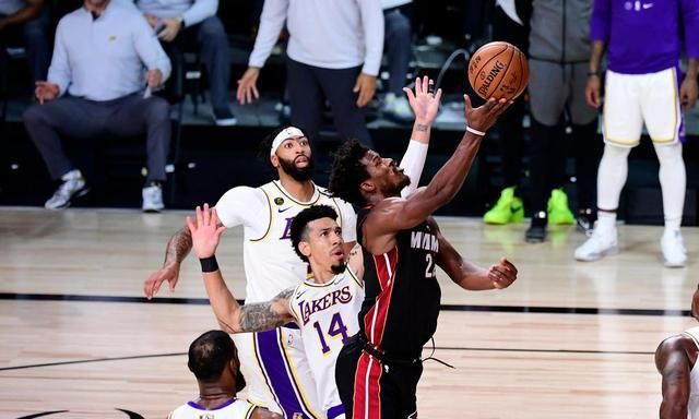 万众瞩目的NBA总决赛继续进行,在第三场比赛,湖人和热火继续缠斗