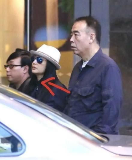 陈红和老公一起出现很难过 穿夹克配直筒