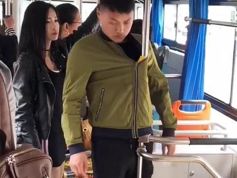 男子在公交车上演睡神绝招,众人看见其姿势,都笑得合不拢嘴