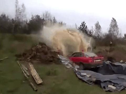 男子发现爱车脏了,将汽车开进装有六千瓶可乐的池子里,结局意外