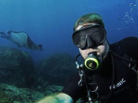 男子海底潜水感到头部有轻微疼痛,伸手触碰后赶紧游上岸