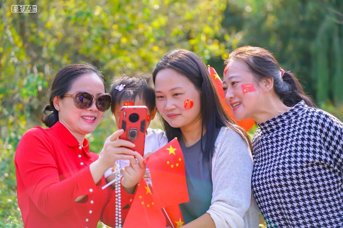 与国旗合影,向祖国示爱:黄州区西湖街道组织
