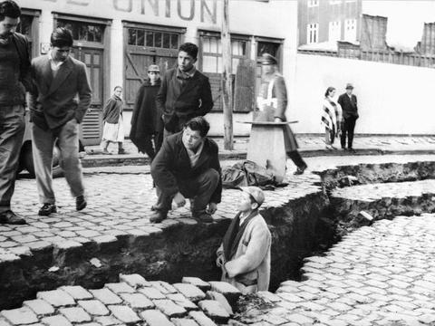 人类历史上的最大地震有多可怕,海水突然消失,海底鱼虾乱跳