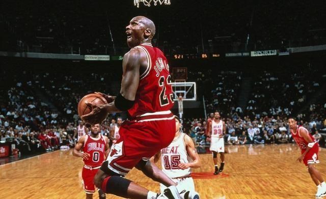 作为上世纪90年代的风云人物,带领公牛夺得2次3冠王的乔丹直接被推上了神坛