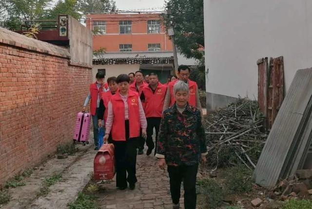 临沂:慈善团队来到这两个村庄 帮助学习成绩优异的贫困大学生