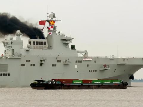 """中国4万吨""""准航母""""下水,舰体涂装上色到位,体型巨大"""