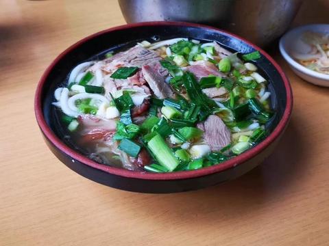 在遵义吃正宗羊肉粉,一大盆干辣椒粉佐料随便吃