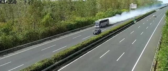 南京发生事故 载有52名乘客的公共汽车被