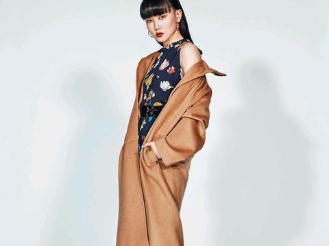 李沁又甜又美,身穿一袭印花连衣短裙配上卷发造型,俏皮又有活力