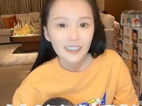大女儿朴素似路人,小女儿称要买豪车,赵本山的子女为何大不同?