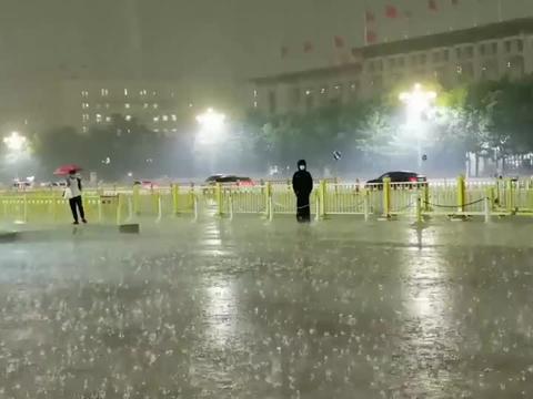 天安门突降雷阵雨,中国军人大雨里纹丝不动,这就是军人风采