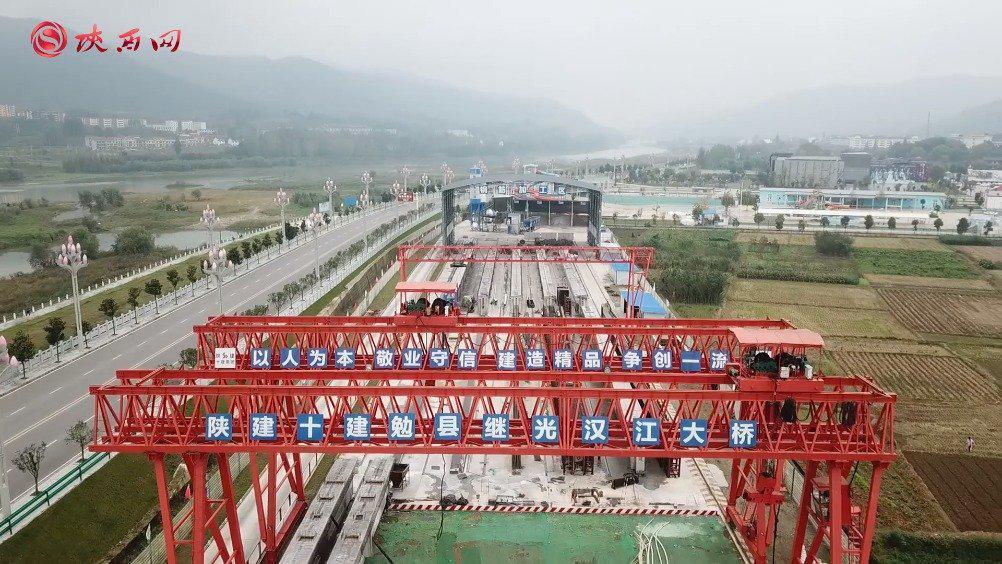 全市国省干线公路建设推进会走进勉县继光汉江大桥现场观摩
