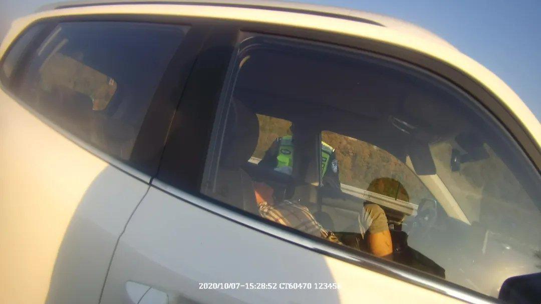 精彩!通化酒驾男在公路上停车睡觉