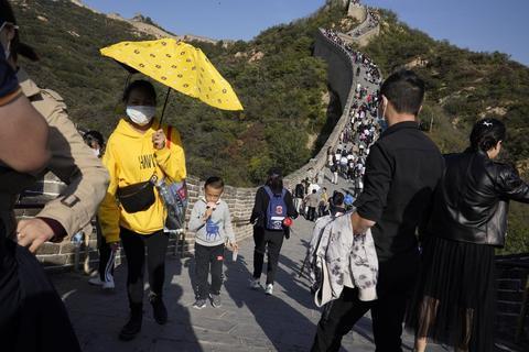 美媒:看看中国万里长城上的游客,啥是疫情?