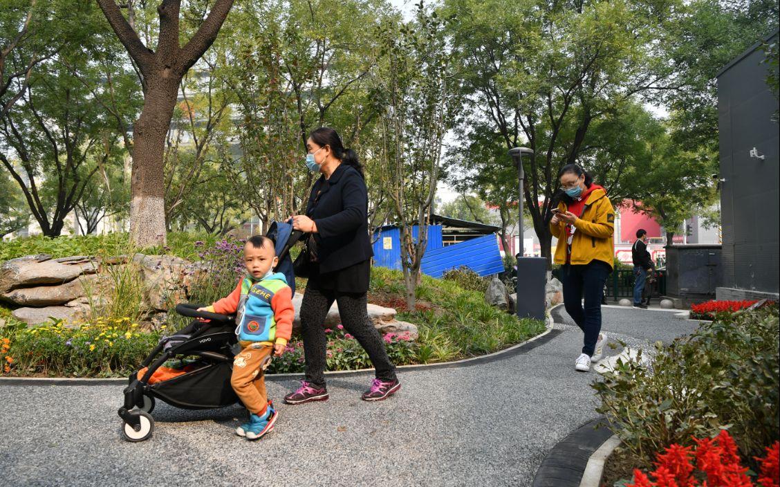 """北新桥街心花园亮相,地面景观讲述""""锁龙井""""地名故事图片"""