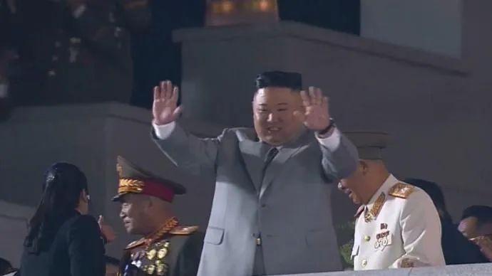 朝鲜罕见凌晨阅兵 金正恩哽咽了