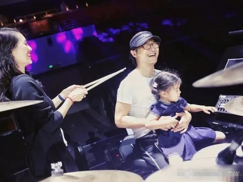 章子怡带女儿探班汪峰,5岁醒醒长开了,越来越像姐姐小苹果