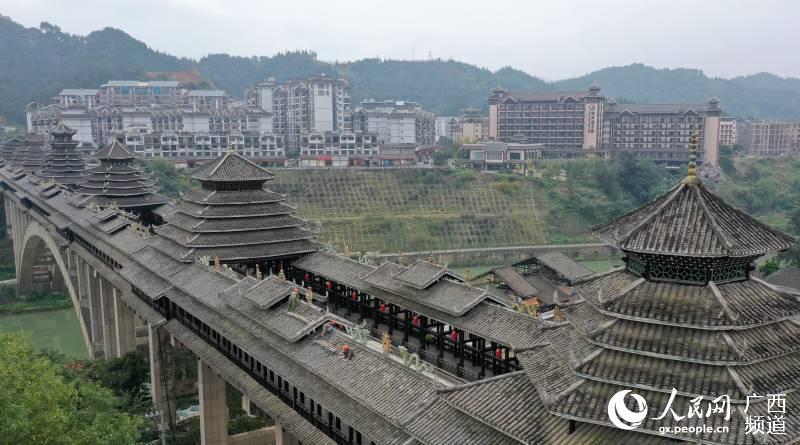 广西三江:风雨桥换瓦避风雨