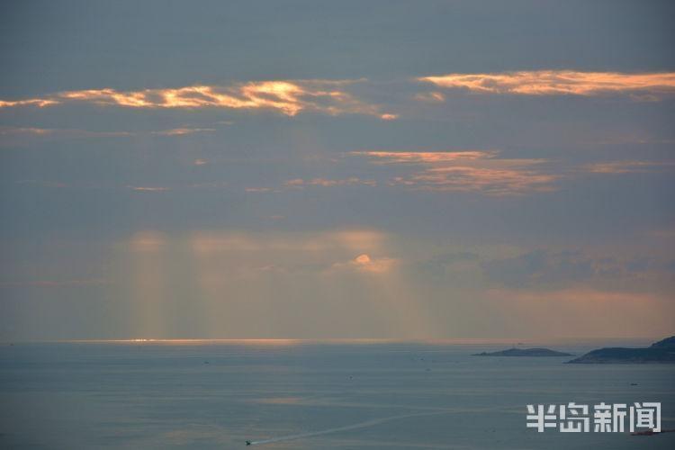 太美了!竹岔岛海域上空现美丽光柱