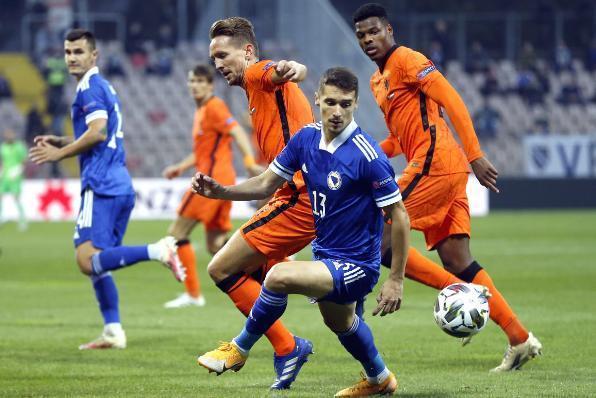 葡萄牙对阵法国的比赛,央视CCTV5还现场直播,一边是世界杯冠军
